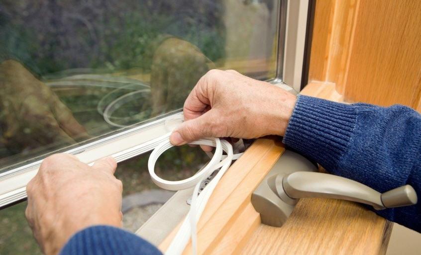 Как утеплить окна в доме своими руками
