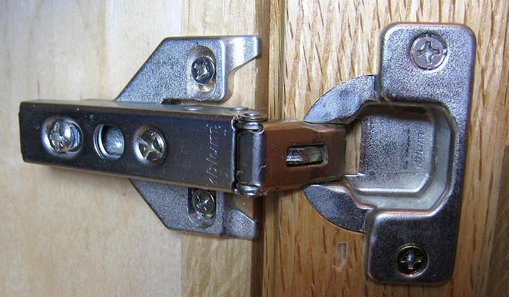 Как исправить возможные перекосы дверцей шкафа