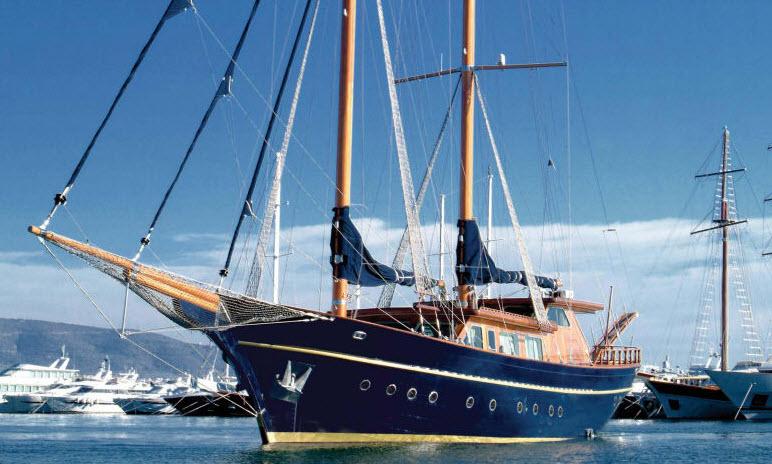 парусно-моторная яхта на рейде