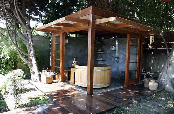 Как построить летний закрытый душ из дерева