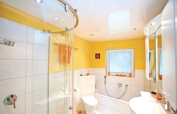 Как выполнять ремонт потолка в туалете