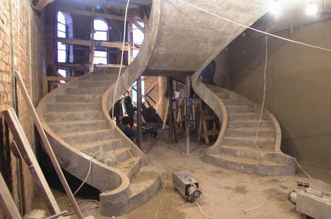 бетонная лестница в помещении