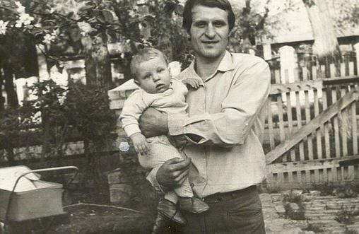 Федор Еельяненко на руках у своего отца