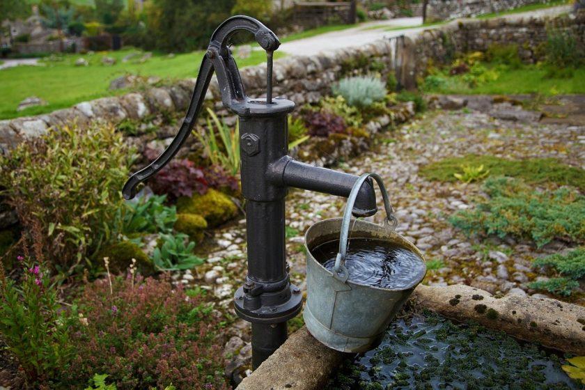 Водоснабжение загородного дома: скважина или колодец?