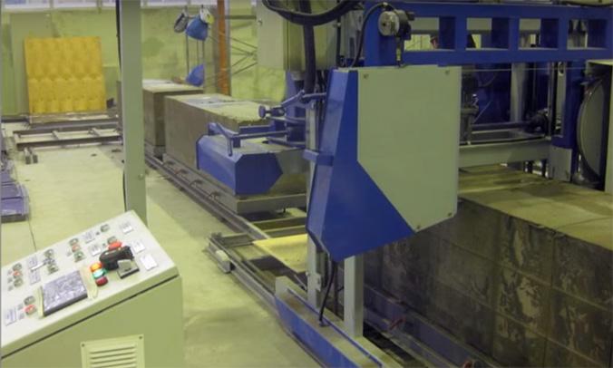 Процесс распиливания массива застывшего пенобетона на блоки